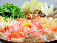 チーズソースをかけた播州百日どりの竜田揚げに、神戸ポークの柔らか煮、すずきのカルパッチョなど美味色々