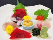 当日の新鮮な魚を5品位盛り付けます。梅ヶ島の本わさびが添えてあります。サービス品です!