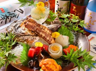 新鮮で活きのいい魚介類を堪能できる『刺身盛り合わせ』