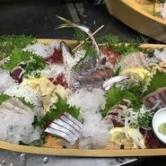 旬の魚を盛り合わせた舟盛りです。