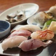 金沢中心部ではなかなかお目にかかれない食材の寿司がリーズナブルにいただけるのは、月に3回食材を築地から直接仕入れるからこそ。それゆえ地元っ子の「ちょっと贅沢な食事」としても人気なのです。