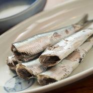 鮮度が命の食材をシンプルな味付けでいただけるのが、ご当地だからこその醍醐味。脂がのった新鮮な鰯の「塩うで(塩ゆでの金沢弁)」は臭みがまったくなく味わい深い逸品。日本酒『宝生』と共に味わうのがおすすめ。