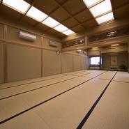 欄間や床の間が美しい広間は、宴会をはじめ改まった席にもぴったり。25名までなら襖を立てて半分の広さに、襖を外せば50名までの大宴会にと、フレキシブルに対応してくれるから幅広い用途に使えます。