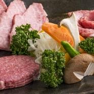 店内ショーウインドウに展示してあるお肉から、お好みの3種を選んで盛り合わせ!