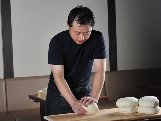 すべて店内でうつ自家製うどん。昼は太麺、夜は細麺が味わえます