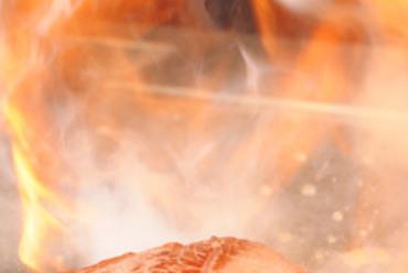 ライブ感溢れる鉄板料理。肉厚のステーキを鉄板で…
