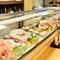 新鮮な食材が並ぶガラスケース。直接見ながら選ぶのも楽しい!