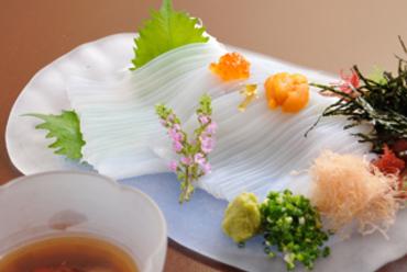 特製のつゆにくぐらせ、鮮度と甘みを堪能できる『烏賊ソーメン』