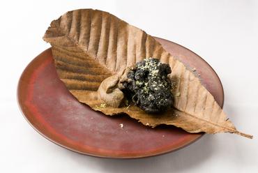 竹炭をコーティングした舞茸をバーニャソースでいただく『舞茸の「炭」』