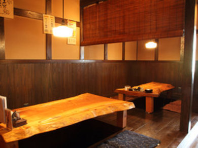 天然木を使用した、雰囲気あるテーブル