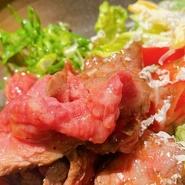黒毛和牛を除いた全てのお肉について、あえて産地や銘柄を絞らないことで、その日仕入れられる美味しいお肉をリーズナブルに提供しています。普段の飲み代にプラス1000円するだけで、美味しい焼肉を満喫できます。