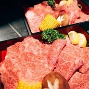 BBQプランは、 屋内、屋外のどちらでもお楽しみ頂けます!  暑い日でも雨の日でもわざわざ足を運びたくなる、 極上肉と逸品をご用意してお待ちしております。