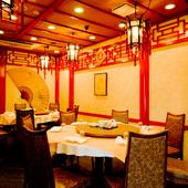 中国を思わせる伝統的なデザインの店内