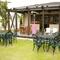 東側テラス席、芝生の庭を眺めながらのランチで心もリフレッシュ