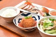 ★日替わりおかず★前菜盛り合わせ2種★日替わりミニフォー★ご飯★ミニデザート *大人気の日替わりランチ!日本人の味覚に合わせた味付けにしておりますので安心してご注文ください。
