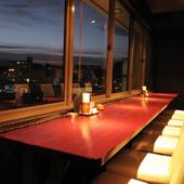 夜景が見渡せるカウンター席はカップル人気