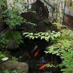 和風の中庭にある池には3トンの溶岩石から水が流れ込む。