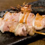 豚肉は三石ポーク、鶏は知床鶏を使用し炭火で焼き上げています。『えびのつくね巻き』が入ったお得な5本セットも用意。