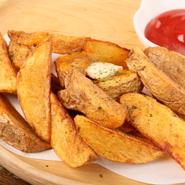 その時期が旬のジャガイモを使用。オリジナルのスパイスは甘しょっぱく、女性に大人気の一品です。写真はホクホクで甘い「きたあかり」を使用。