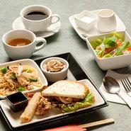 大人気のプレートランチはパスタ、サンド、副菜2品、デザート、スープ、サラダ、ドリンクが付いてます。