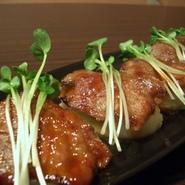 コチュジャンベースのタレにつけた牛カルビに、マッシュポテトを寿司のシャリに見立てた一品。絶品。