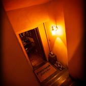 地下に続く階段を下りれば…