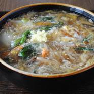 野菜たっぷりのトロリとしたあんがモチモチした麺に絡む秋冬の一押しメニュー。 生姜入りで体の芯からポカポカに。