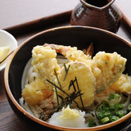 豪華に天ぷらを乗せたおろしうどん。 さっぱりとした一品です。