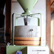 当店は、二台の石臼を使って粉にしております。写真は、工場にある石臼です。もう一台は、店にあります。