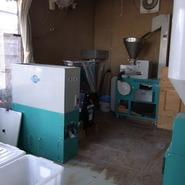 当店では、蕎麦粉にする、すべての工程を自家製工場にて製粉しております。