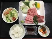 極上サーロイン(カットステーキ100g)、極上カルビ、上ハラミ、焼野菜、サラダ、ご飯、キムチ