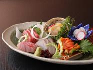 旬の新鮮な魚介を使用した刺身盛合わせ