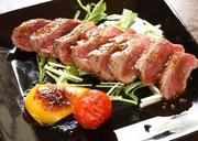 ランチの目玉を夜は一品で提供。お酒のつまみとしても最高。本当にステーキがこのお値段で?是非食べてみて
