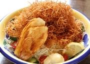 カリッと揚った超細ギリのポテトをどっさり野菜の上に乗せてみました。野菜とまぜまぜして召し上がれ。