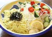 野菜とラーメンがコラボ。ボリューム満点のおすすめサラダ。ごま油の効いた自家製和風しょうゆだしも絶品。