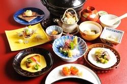 新鮮な北陸の魚介や和牛、加賀野菜などを手間をかけて調理した当店一押しの会席コースを御愉しみ下さいませ