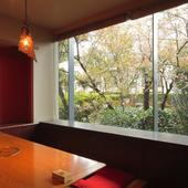 窓からは広い庭が。落ち着きある幻想的な景色も魅力です。