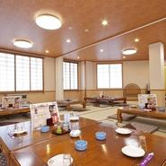 8人がけのテーブルや10名までの座敷の個室をはじめ、カウンターや宴会用の広間も。メニューも200種類以上あるので、老若男女、どんな人でも満足できそう。土日は観光客も多く、幅広いシーンで活用したいお店です。