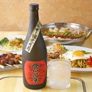 オリジナルブランドの芋焼酎『食い道楽』は、ここだけでしか楽しめない味。熊本県の老舗「堤酒造」と提携してつくり出した本格派で、紫芋を使用。口当たりの良さで、女性にも好まれる飲み口です。
