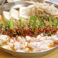 国産牛の小腸を3種の味噌と和風ダシで仕上げた、濃厚な味わいが人気。ボリューム満点の逸品です。