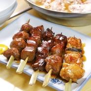 創業前は、半世紀の歴史がある肉屋だったこともあって、素材へのこだわりもひとしお。秋田産の大ぶりな鶏肉を、備長炭で一気に焼き色をつけ、じっくりと火を通していきます。外はカリカリ、中はジューシーな逸品。