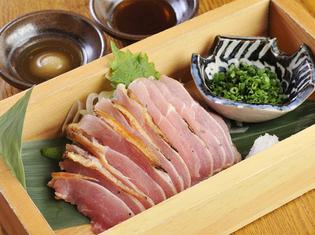 地鶏特有のしっかりとした食感が印象的な『地鶏もも肉のたたき』