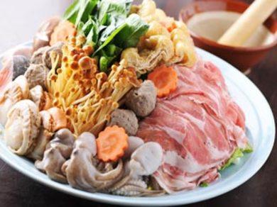 季節の食材を使った鍋料理を各種ご用意しております