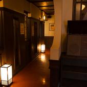 個室へと続く廊下も、和モダンで素敵な雰囲気です