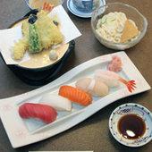 寿司五貫、天ぷら、ハーフ麺、茶碗蒸しが付いたさすが家御膳。