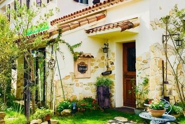 色とりどりの花と緑に囲まれた南フランス風の邸宅レストラン。