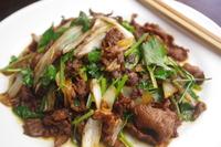 ラム肉と葱と強火で炒め 黒酢とパクチーでクセを中和。 北京の代表的な家庭料理です。