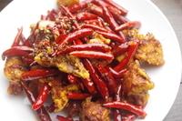 四川定番料理のひとつ ラーズチー ぶつ切り揚げ鶏の香り唐辛子炒め