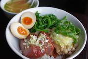 朝からじっくり焼き上げた『焼き豚』と『蒸し鶏のネギ生姜ダレ』が乗った、大人気どんぶり。青菜と半熟味付け卵も美味しさを引き立てます。