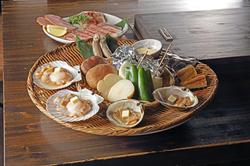 A4ランクの黒毛和牛「仙台牛」と帆立、ホッキ貝などの北海道の食材を堪能できる盛合せです。